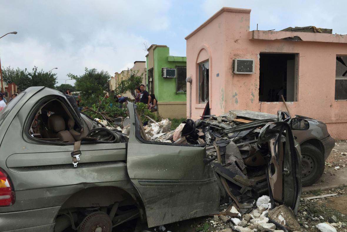 Následky řádění tornáda na severu Mexika