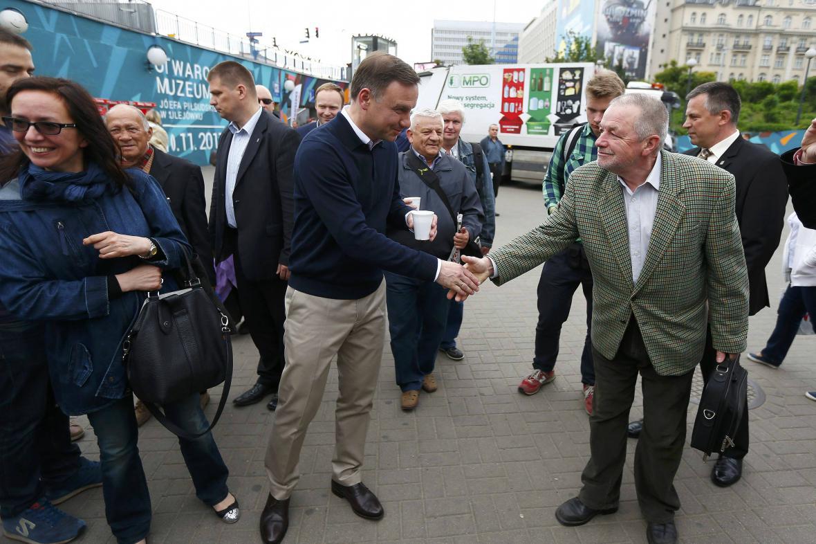 Duda přijímá gratulace od obyvatel Varšavy