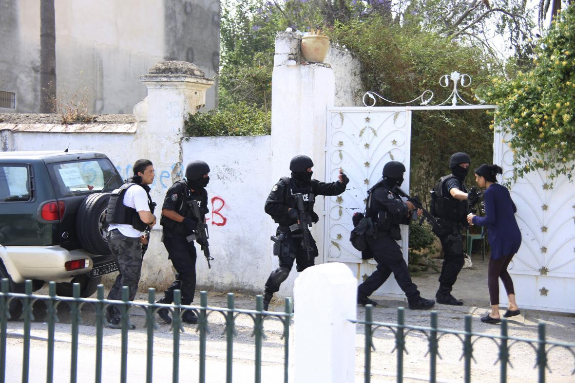 Tuniská protiteroristická jednotka u základny Bouchoucha