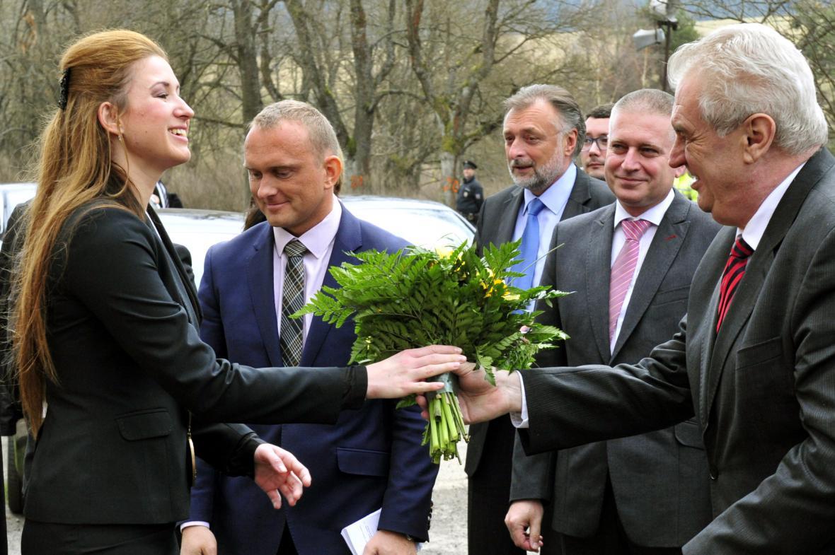 Starostka Pramenů Michala Málková a prezident Miloš Zeman