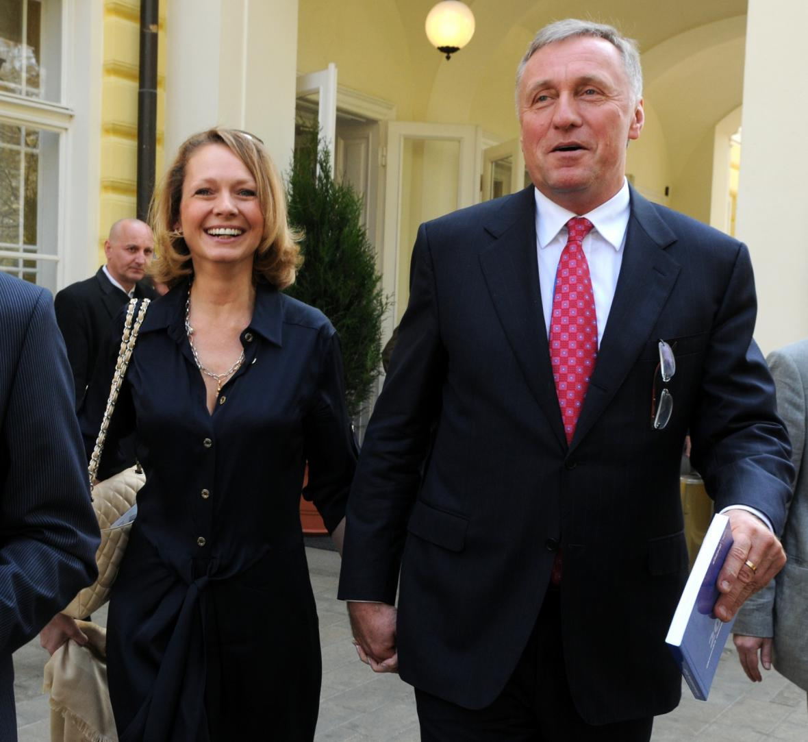 Bývalý premiér Mirek Topolánek s novou manželkou Lucií Talmanovou