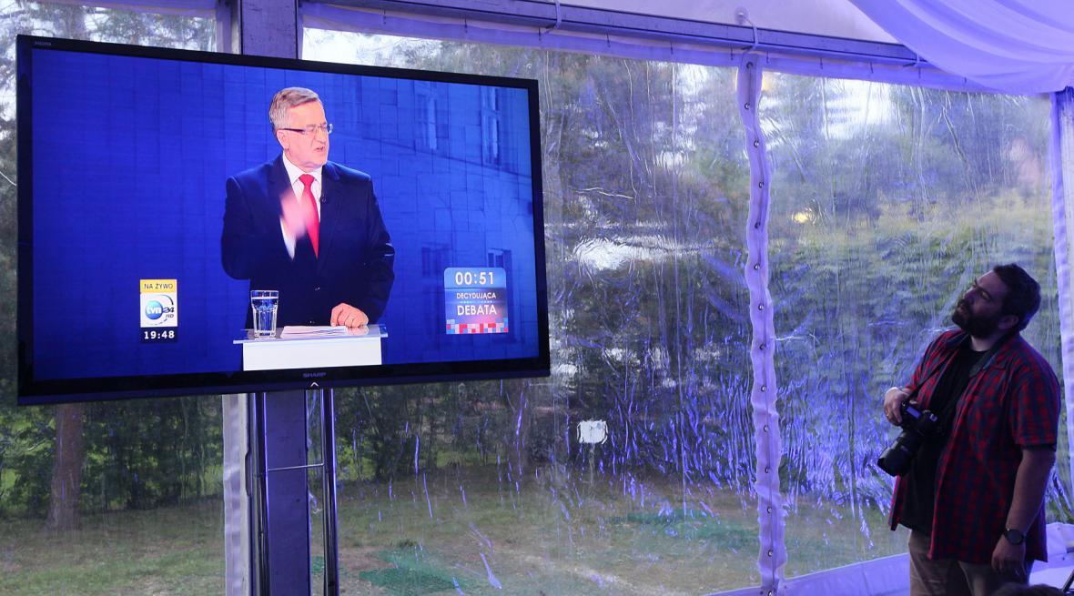 Novinář sledující televizní debatu před polskými prezidentskými volbami