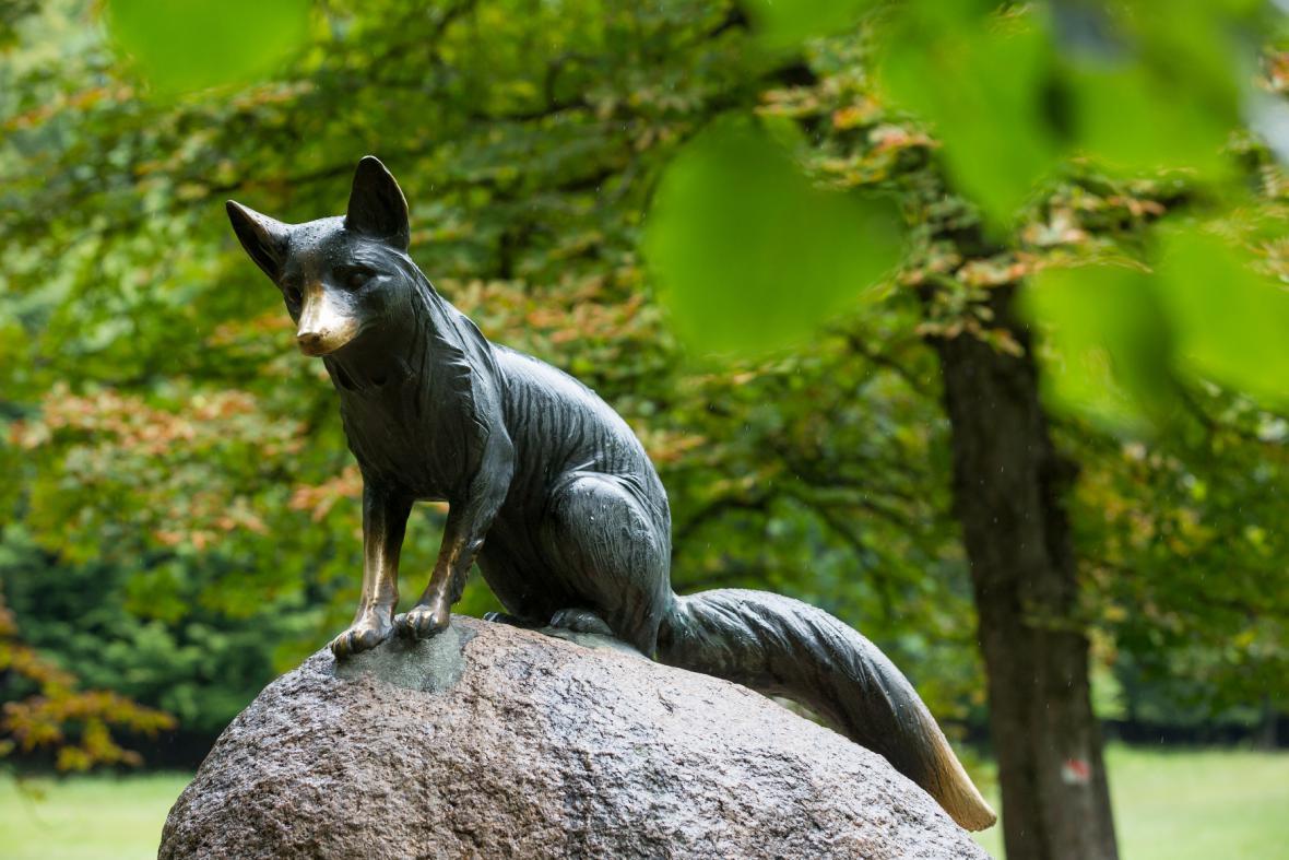 Socha lišky Bystroušky v Hukvaldské oboře