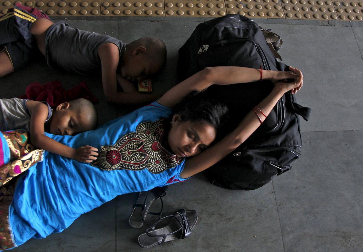 Obyvatele Indie vyčerpává vlna veder