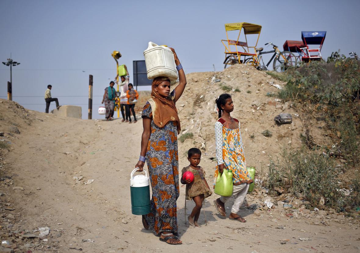 Lidé chodí s kanystry pro pitnou vodu