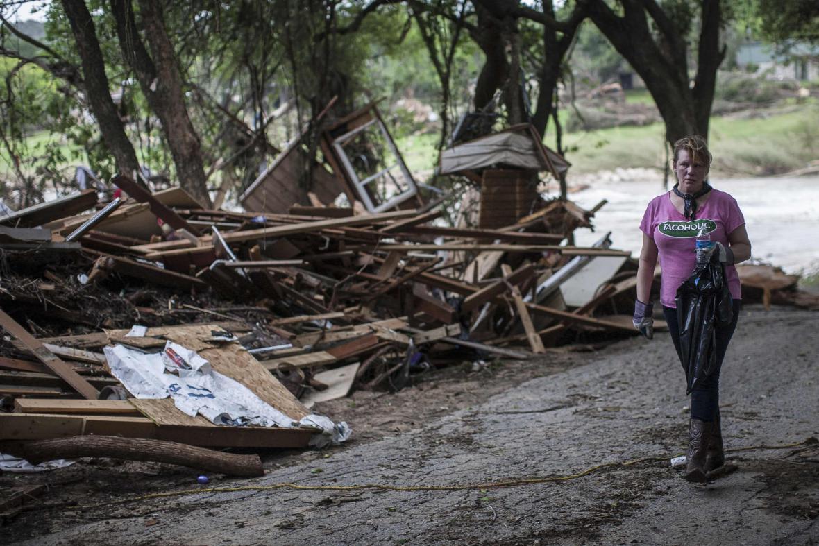 S úklidem zasažených oblastí pomáhají dobrovolníci (Texas)