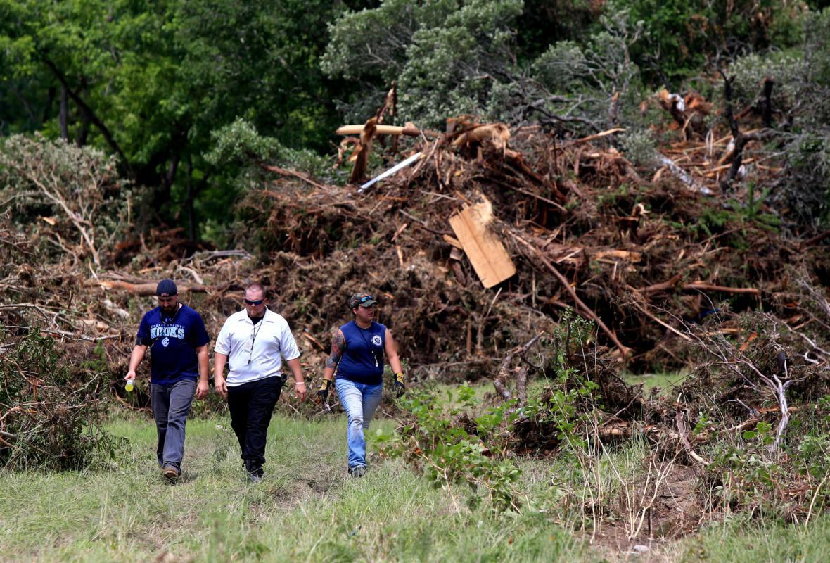 Záchranáři procházejí zpustošenou krajinou Texasu