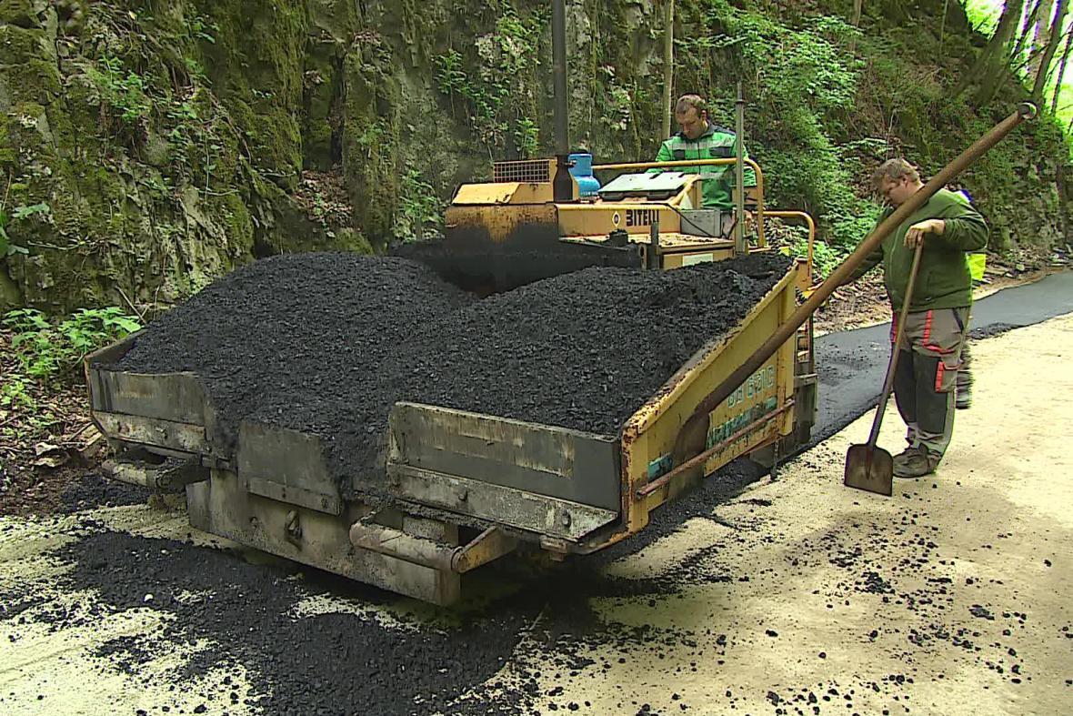 Stavbaři dokončují opravy silnice k Punkevním jeskyním