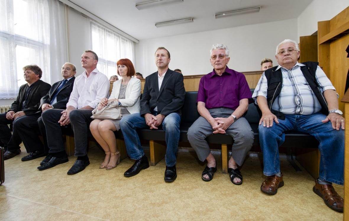 Zastupitelé Jaroměře u soudu v Náchodě v červenci 2014