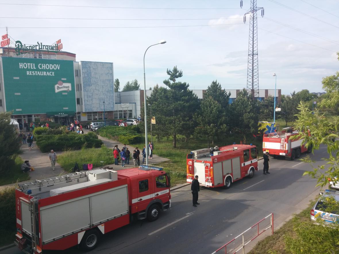 Hasiči u požáru sportovní haly na pražském Chodově