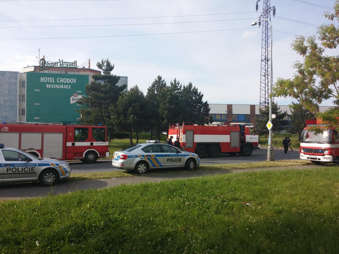 Zásah hasičů u požáru sportovní haly na Chodově