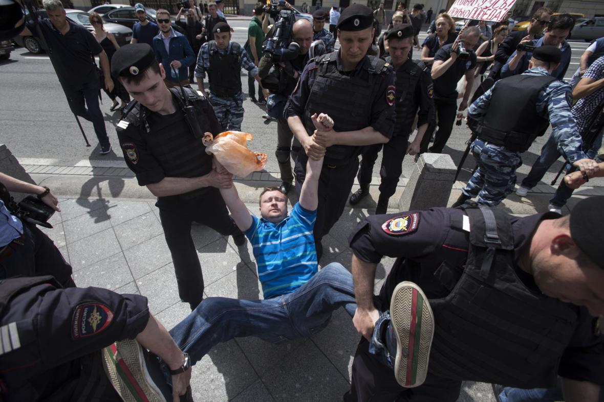 Ruská policie odnáší Nikolaje Alexejeva, aktivistu podporujícího práva gayů