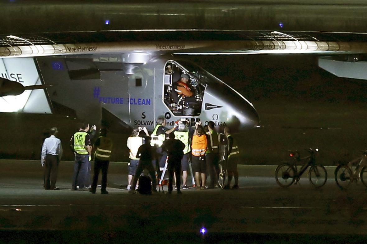 Solar Impulse po přistání na letišti v Nagoji