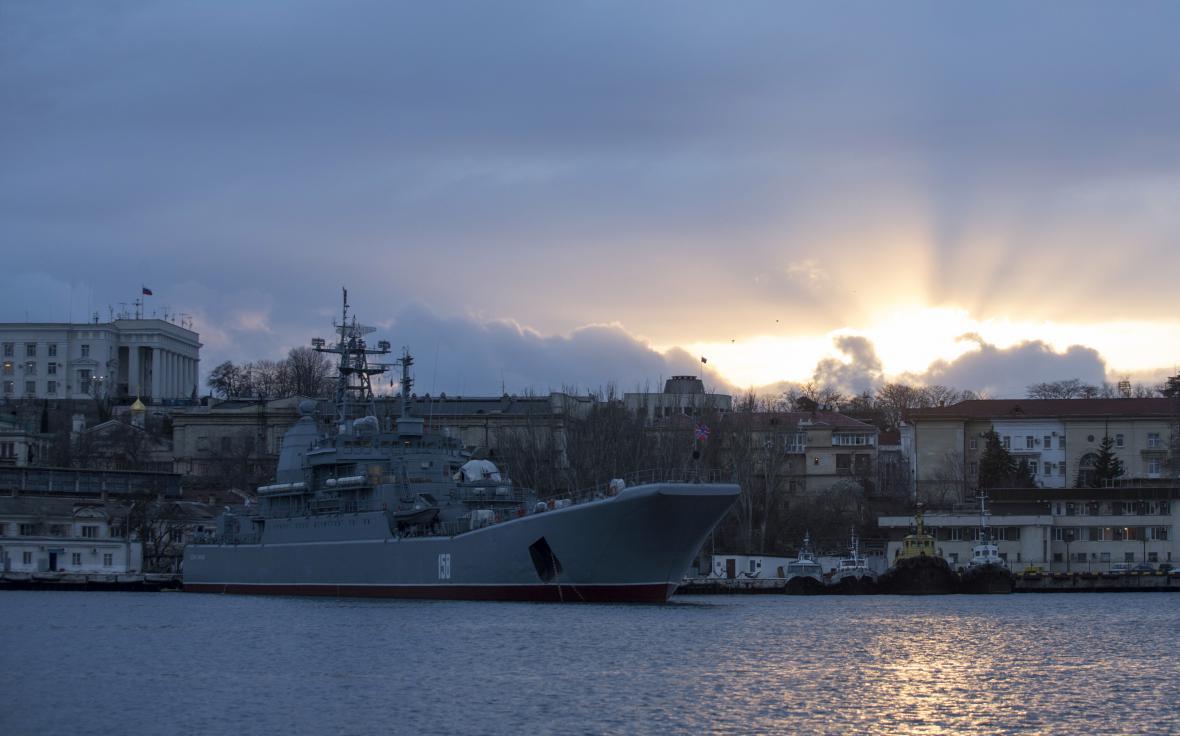 Ruská válečná loď kotví v přístavu Sevastopol