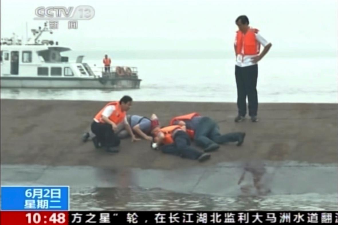 Z trupu lodi se ozývá klepání a volání o pomoc