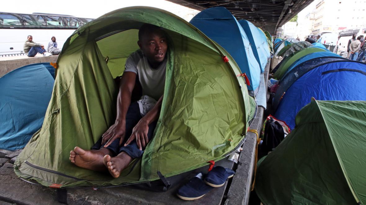 V Paříži se uprchlíci utábořili pod nadzemním metrem