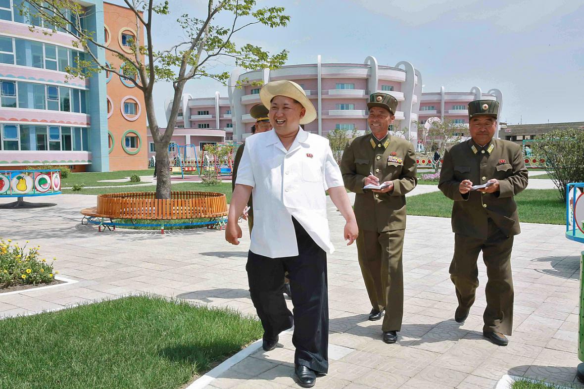 Kim Čong-un kouká na vylidněný exteriér dětského domova ve Wonsanu