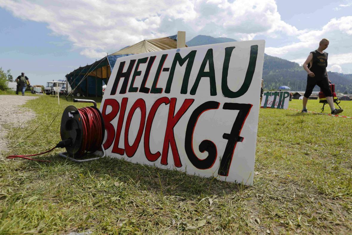 Vznikající tábor demonstrantů v Garmisch-Partenkirchenu