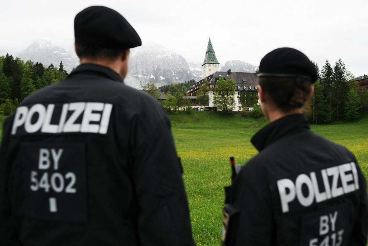 Policejní kontrola před zámkem Elmau
