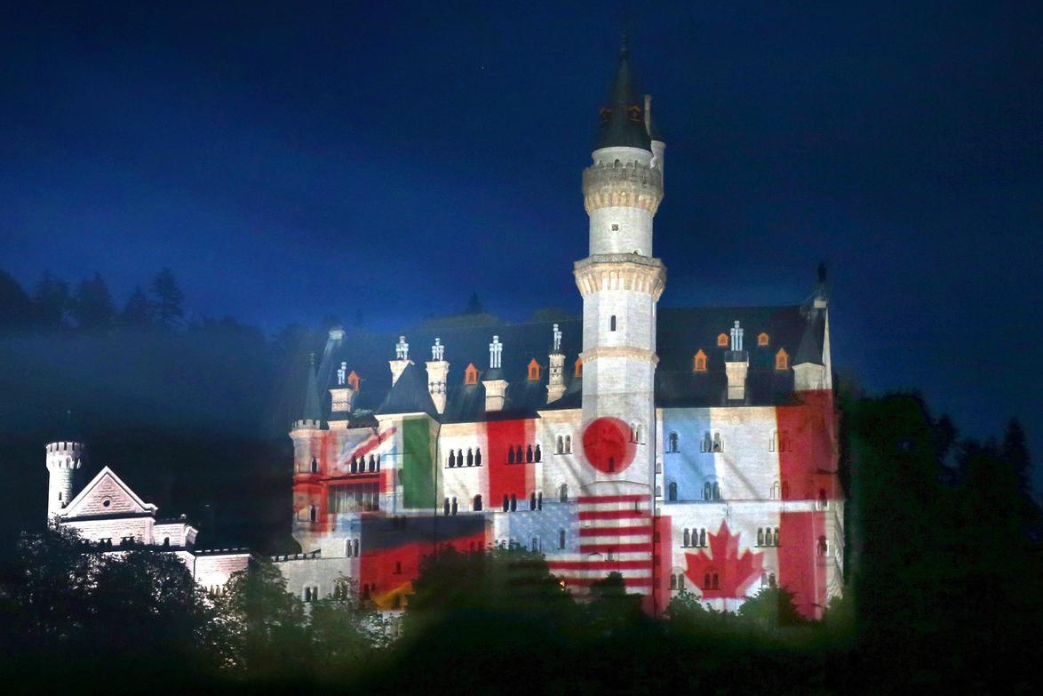 Neuschwanstein v barvách zemí G7