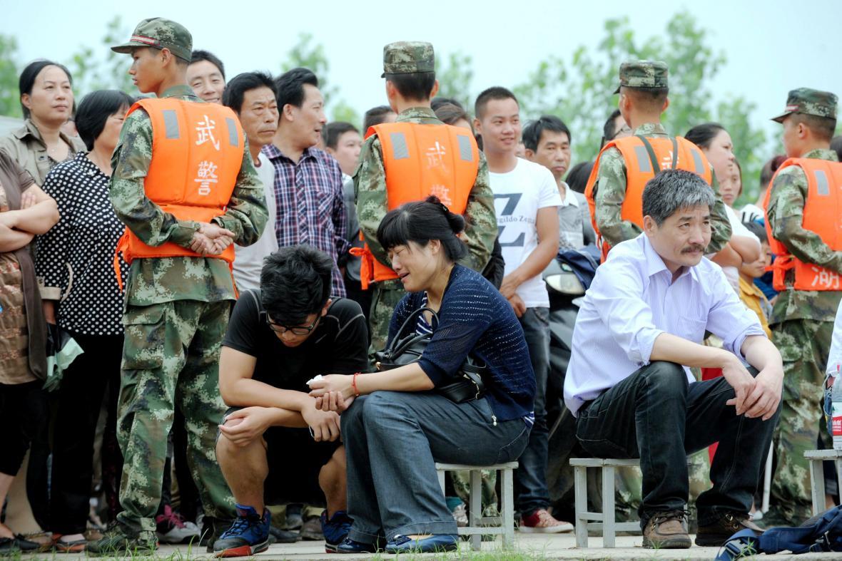 Pozůstalí po obětech ztroskotání čínské výletní lodi