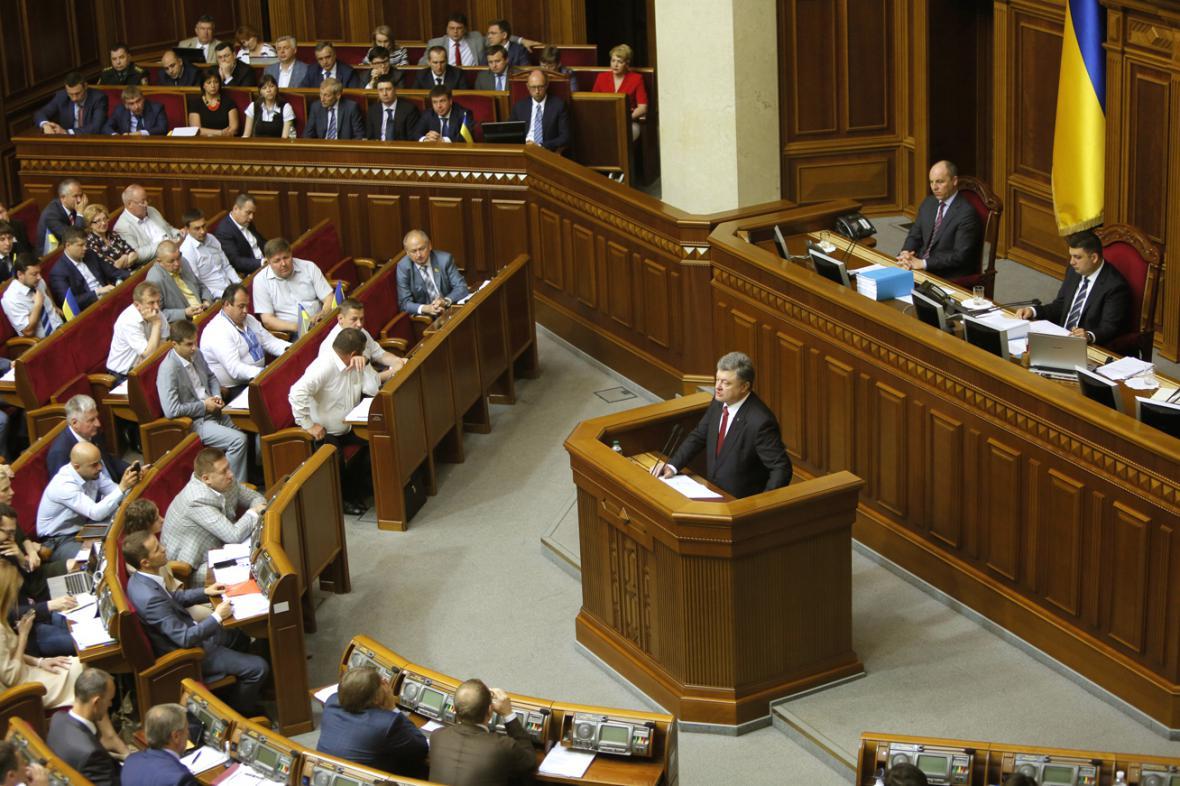 Petro Porošenko při projevu v parlamentu