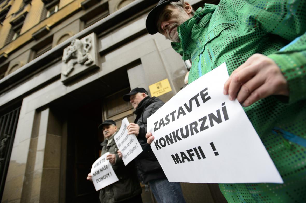 Bývalí klienti H-Systemu před soudní budovou