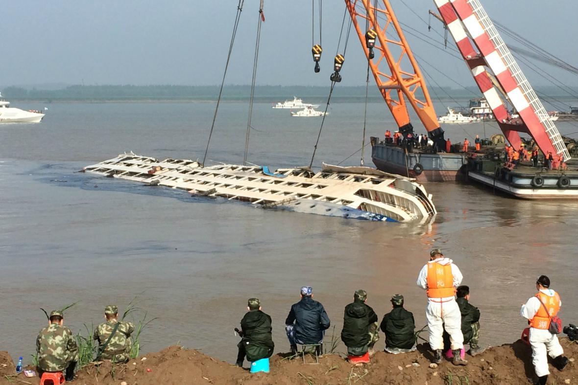 Čínští záchranáři rovnají potopenou loď