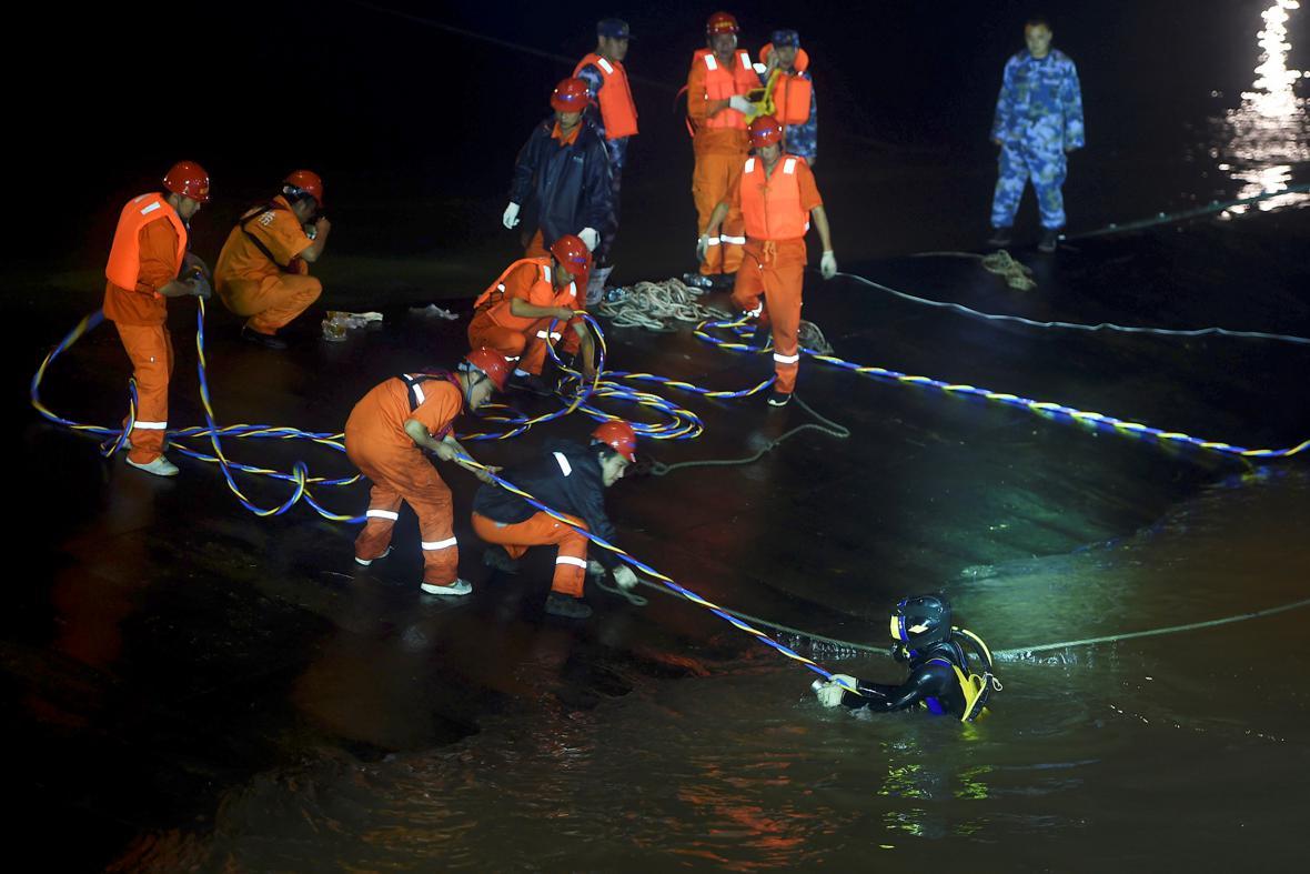 Čínští záchranáři pátrají po obětech potopené výletní lodi