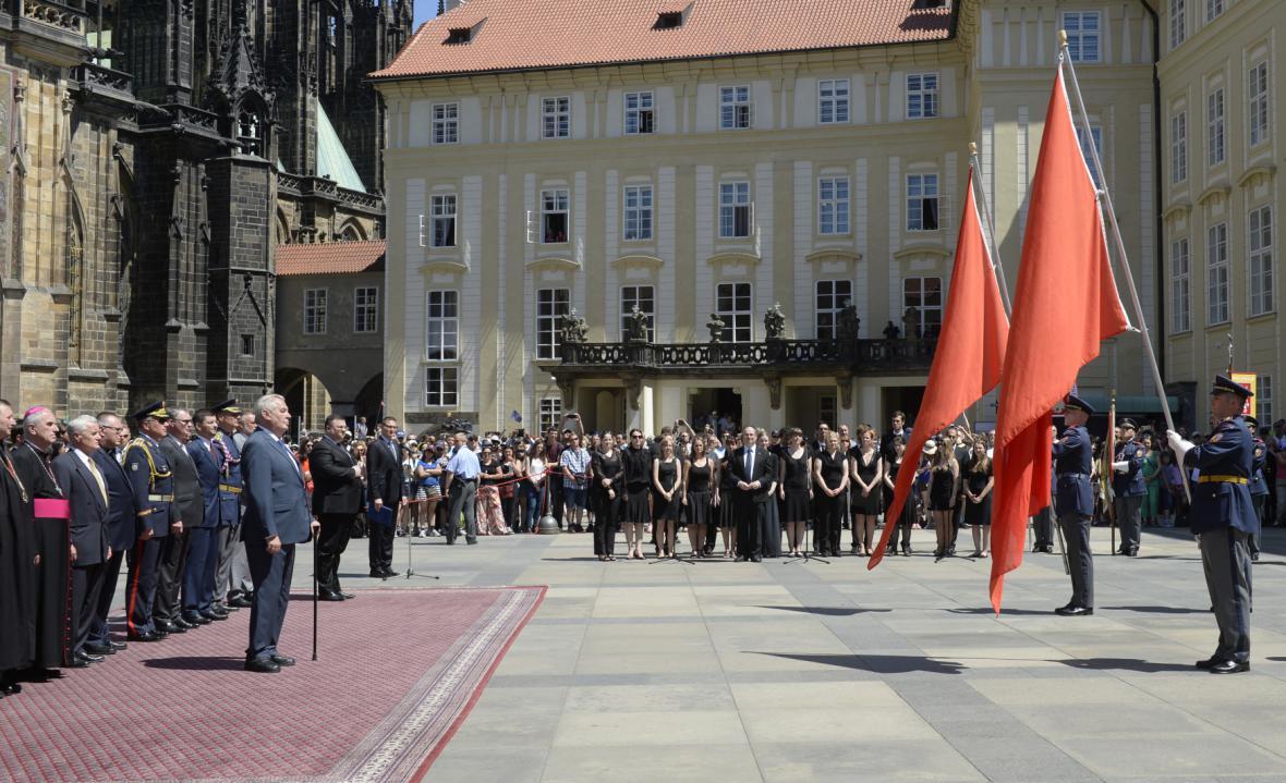 Ceremoniál před vyvěšením praporů na Pražském hradě