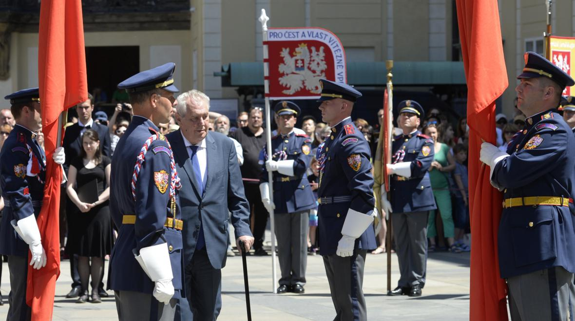 Ceremoniál před vyvěšením husitských praporů na Pražském hradě