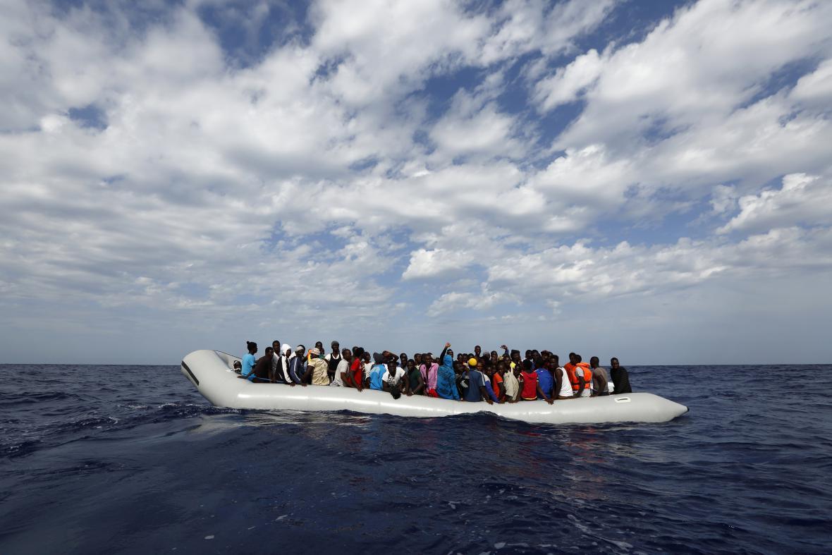 Člun s uprchlíky ze subsaharské Afriky
