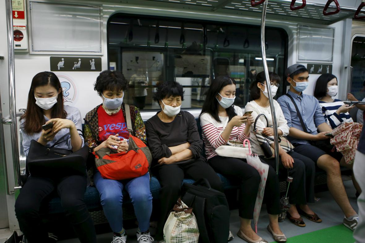 Cestující v soulském metru se chrání rouškami