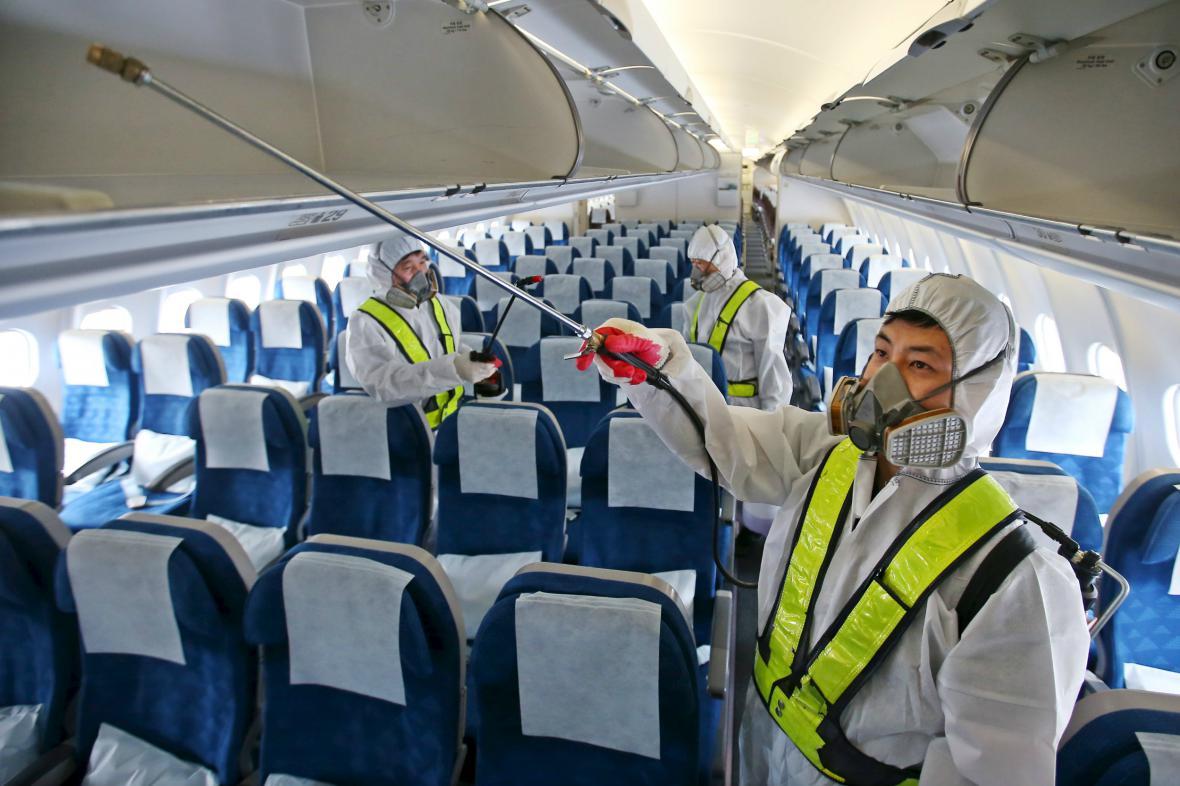 Zaměstnanec Korean Air dezinfikuje kvůli MERS interiér letadla