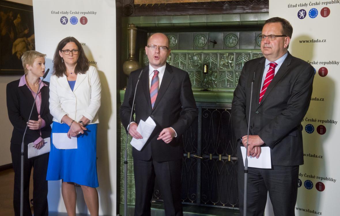 Zprava ministr průmyslu a obchodu Jan Mládek, premiér Bohuslav Sobotka a evropská komisařka Cecilie Malmströmová
