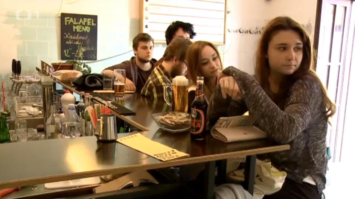 Studenti Akademie Škvoreckého čtou své práce zatím pouze v kavárně