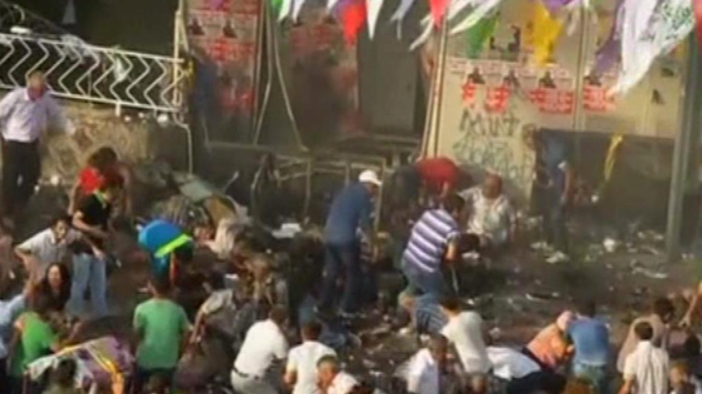 Následky výbuchu na mítinku HDP v Diyarbakiru