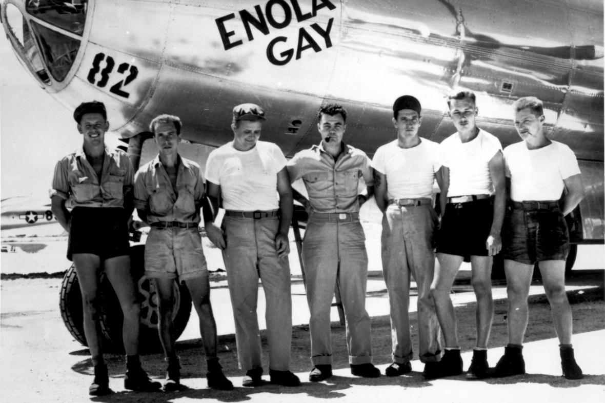 Posádka bombardéru Enola Gay, Paul Tibbets uprostřed