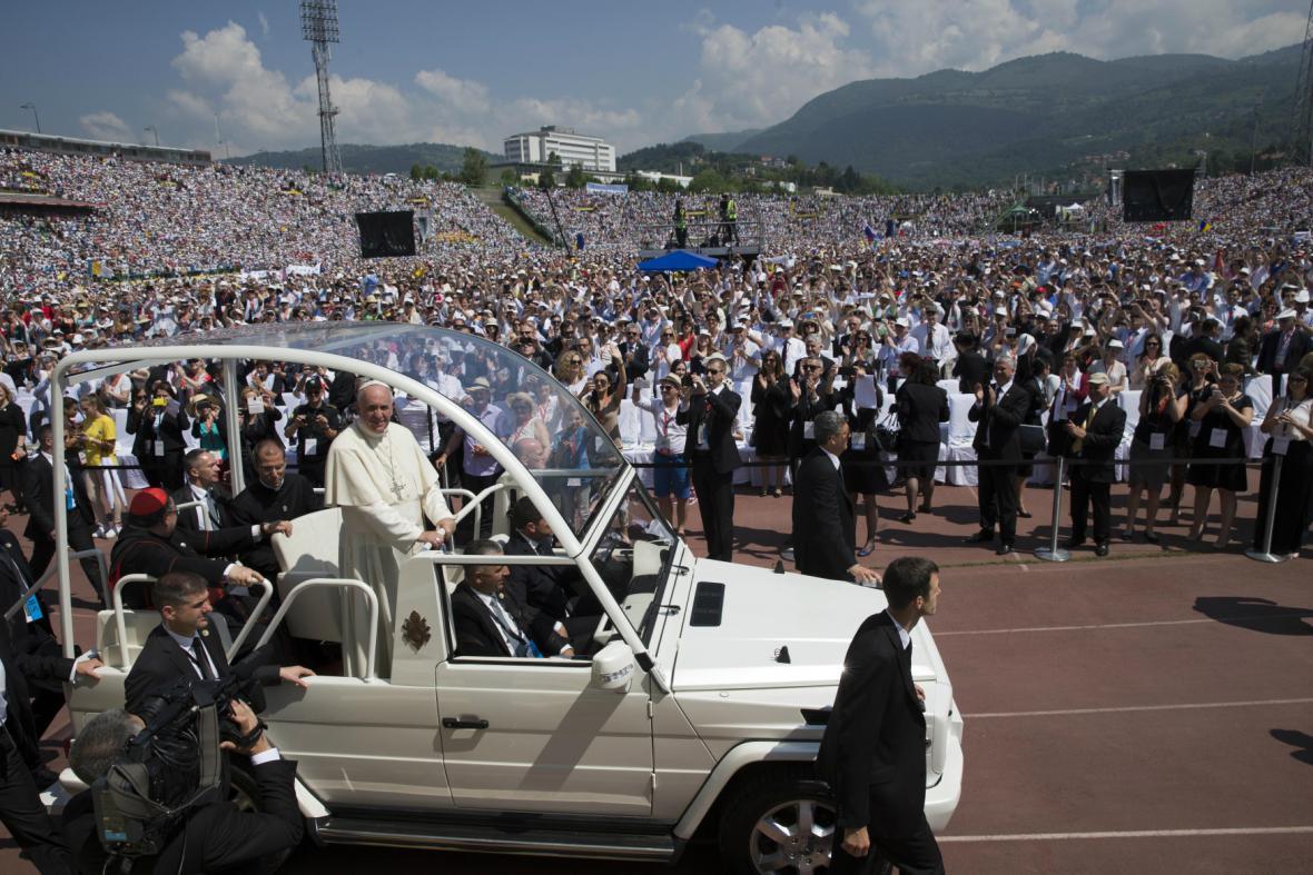 Na Františka čekaly na sarajevském stadionu tisíce lidí