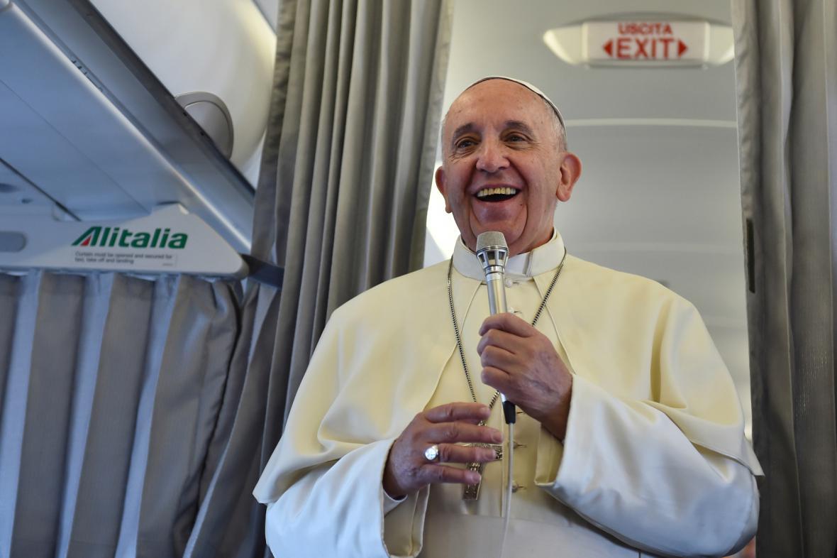 Během letu do Bosny odpovídal papež na dotazy novinářů