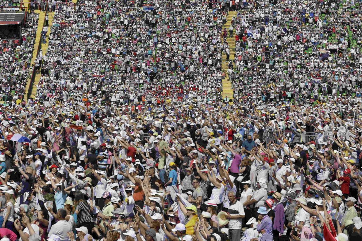 Tisíce věřících čekají v Sarajevu na Františka