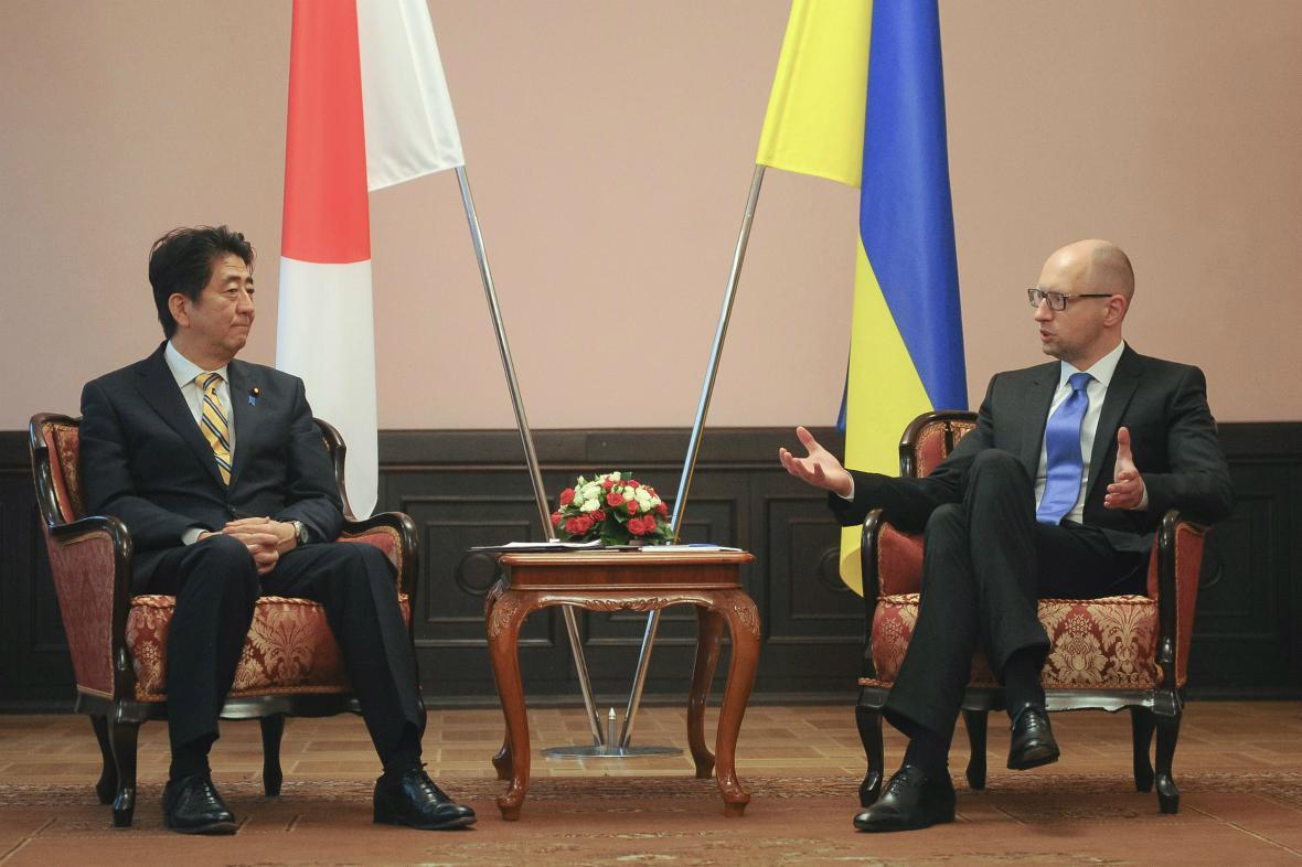 Šinzó Abe během jednání s Arsenijem Jaceňukem