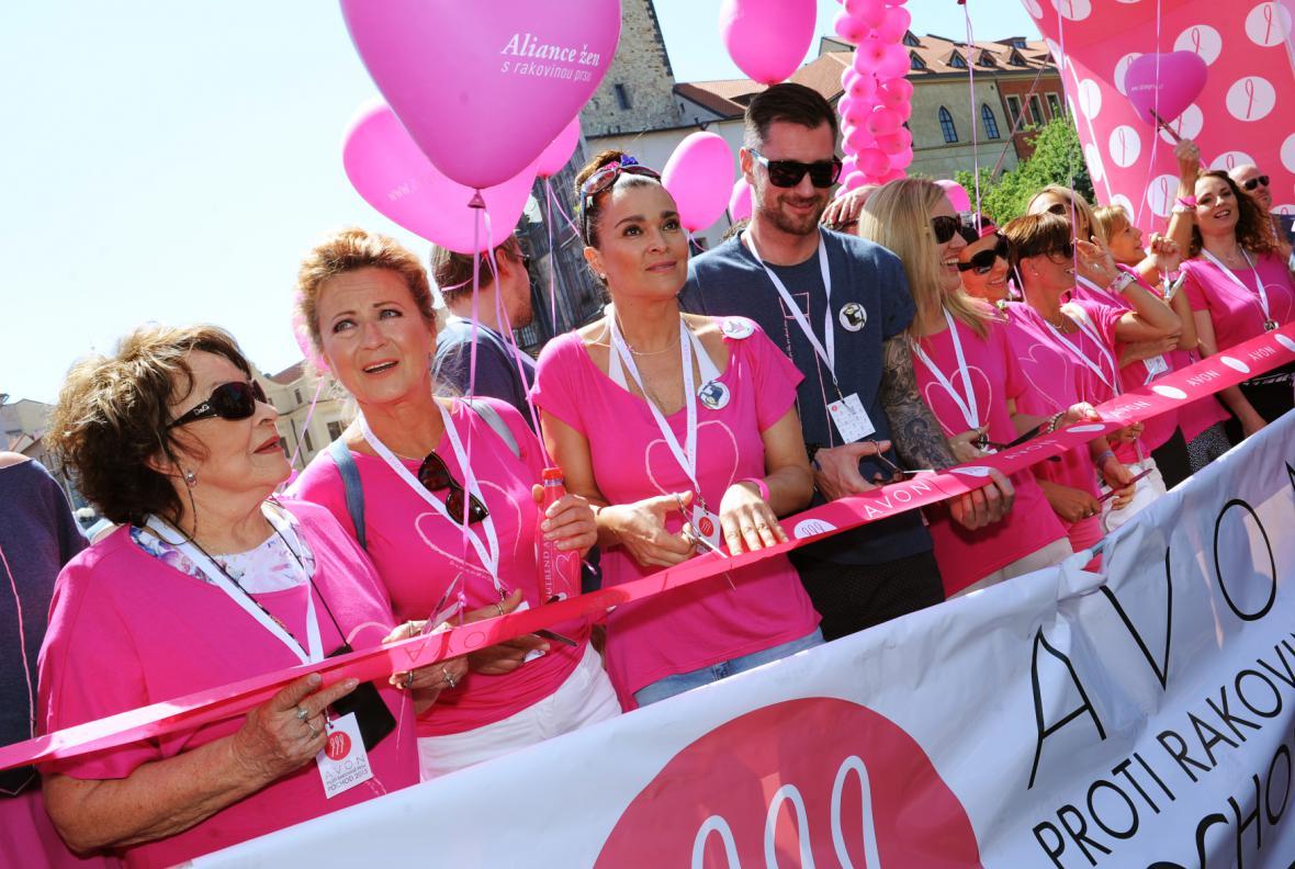 Pochod proti rakovině prsu podpořily známé ženy. Zleva Jiřina Bohdalová, Simona Stašová a Mahulena Bočanová