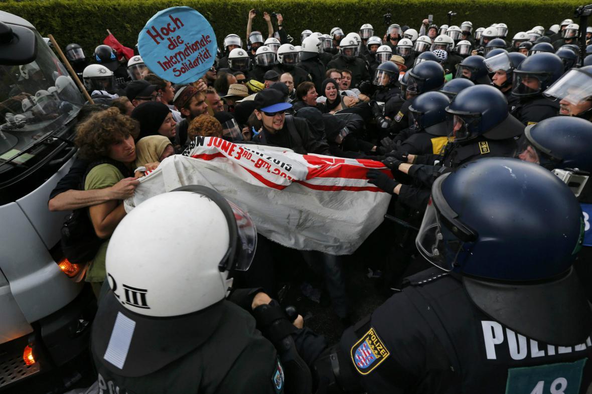 Protesty před začátkem G7