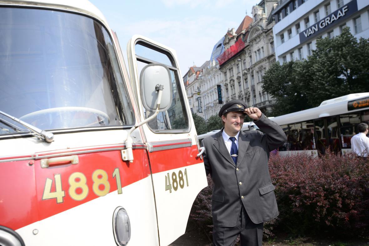 Historický autobus na přehlídce v Praze