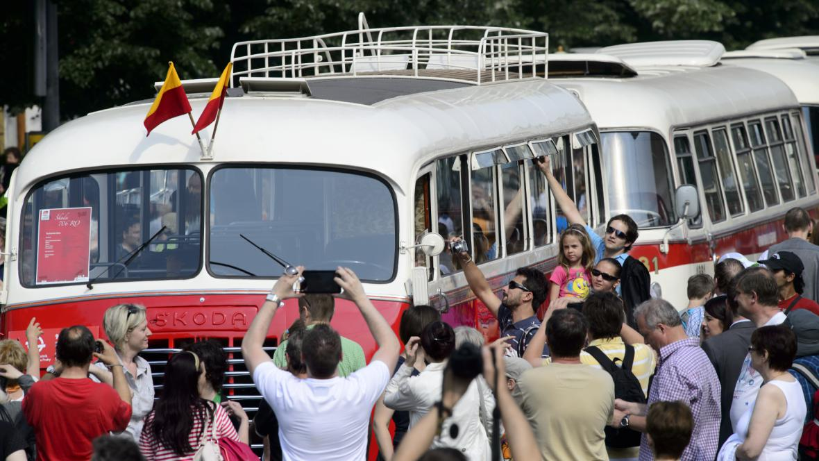 Historické autobusy v pražském průvodu
