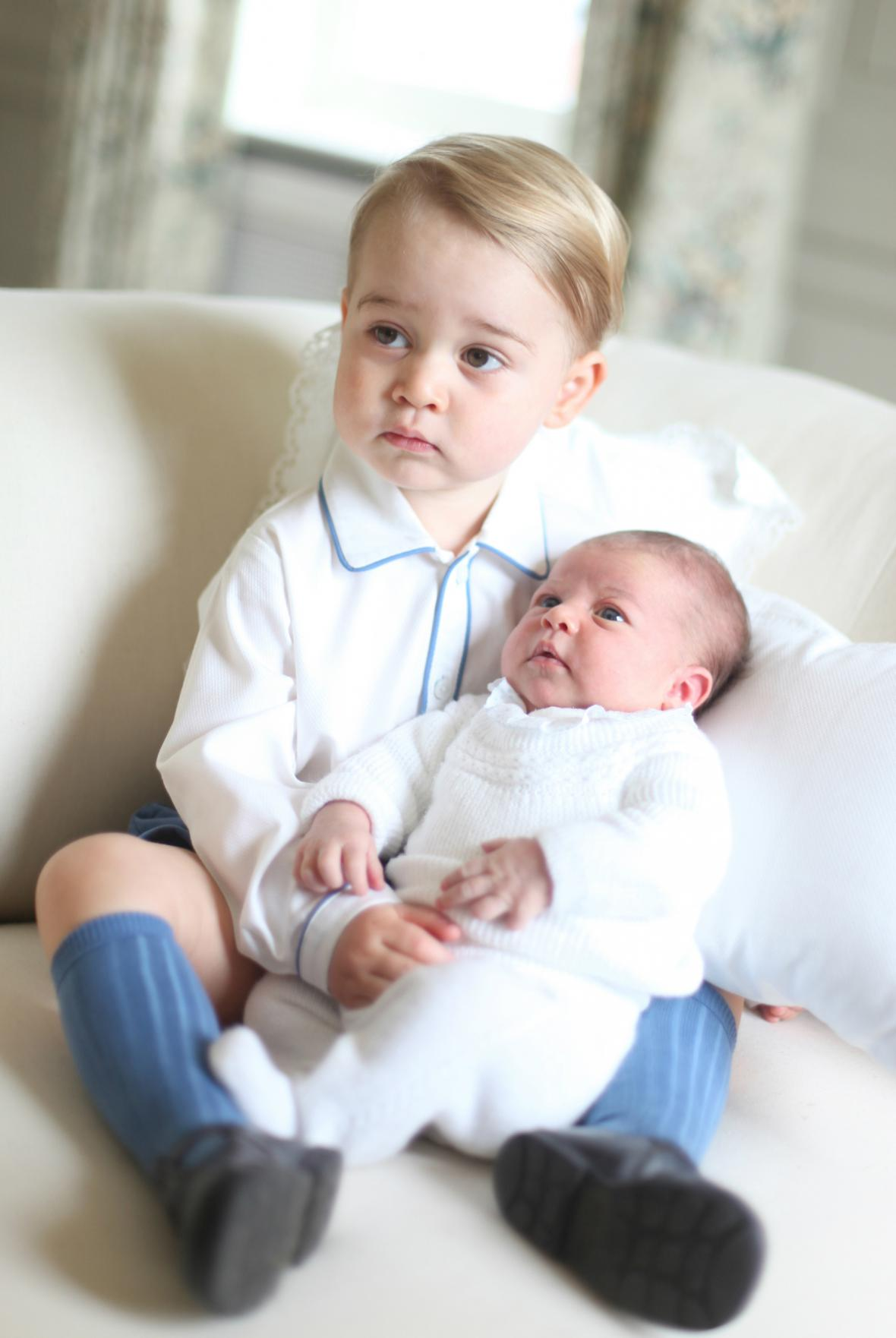 Princ George se svou sestřičkou Charlotte