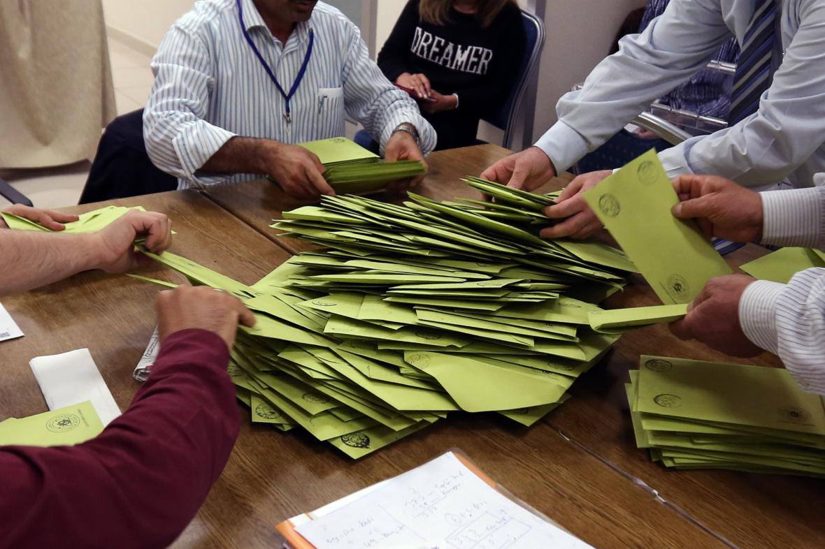 Sčítání hlasů tureckých parlamentních voleb