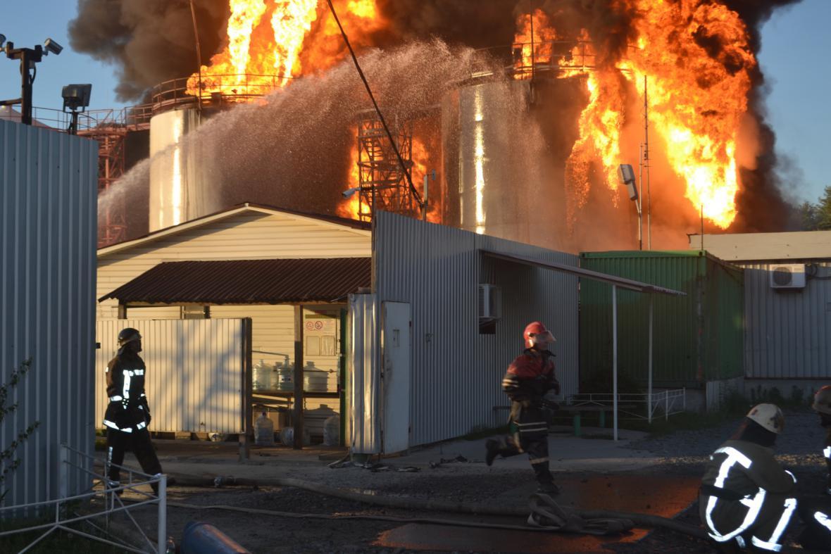 Požár zásobníků ropy u obce Vasylkiv