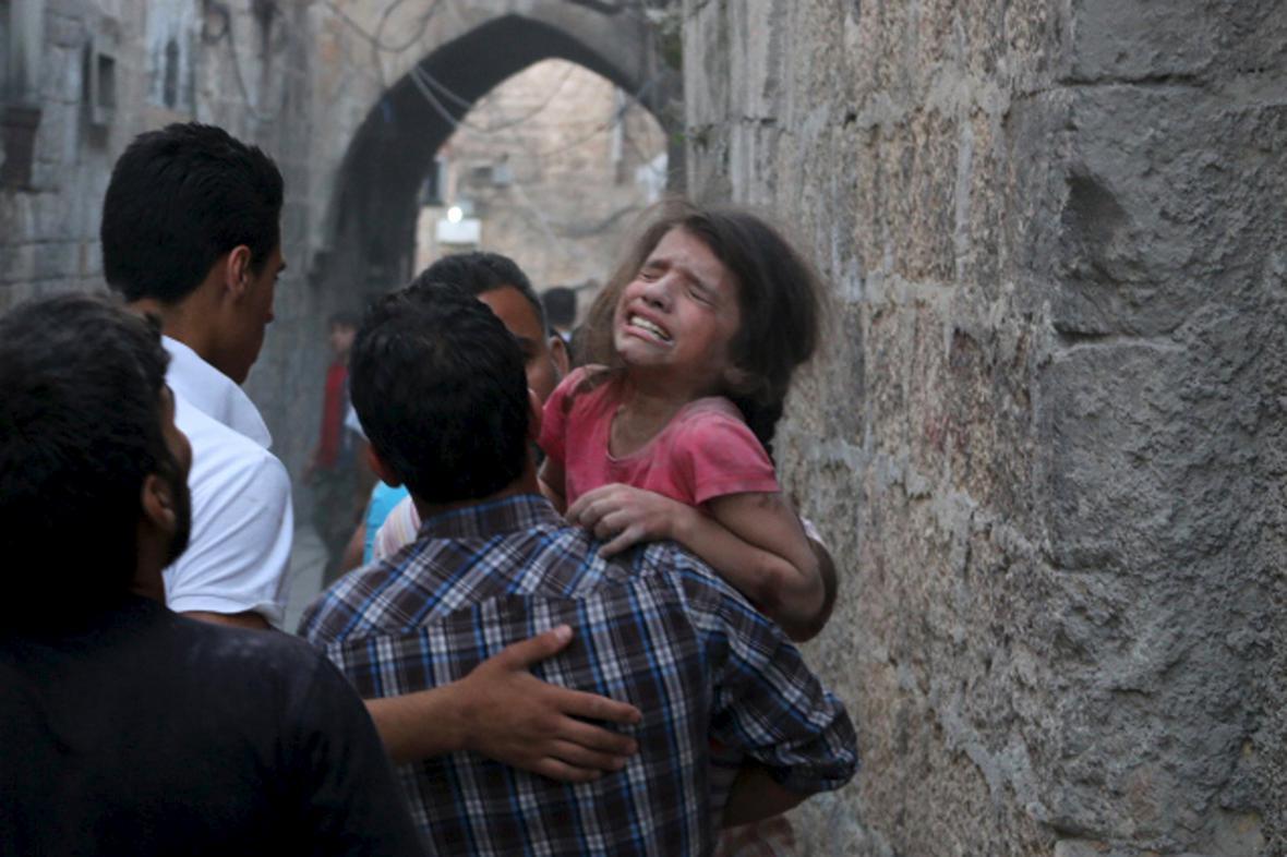 Dívka raněná při bombovém útoku, údajně ze strany sil prezidenta Asada, v syrském Aleppu